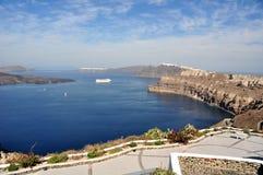 Panorama en la caldera de la isla de Santorini, observar las ciudades del fira y de la Oia Grecia Foto de archivo libre de regalías