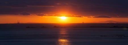 Panorama en la puesta del sol en la playa Imagen de archivo libre de regalías