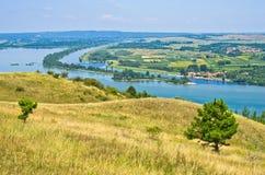 Panorama en landschap dichtbij de rivier van Donau Stock Foto's
