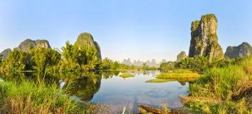 Panorama en los bancos pintorescos de Li River, China fotos de archivo