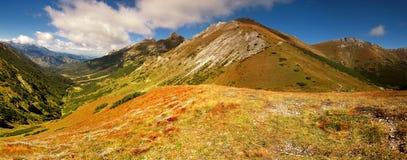Panorama en montañas y las lomas Fotos de archivo libres de regalías