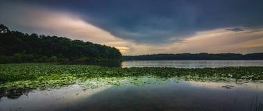 Panorama en pierre de coucher du soleil de lac photographie stock libre de droits