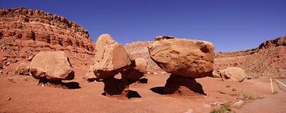 Panorama enorma stenblock som balanseras precariously Arkivfoton