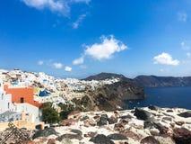 Panorama ensolarado da manhã da ilha de Santorini Recurso grego offamous Fira da opinião colorida da mola, Grécia, Europa imagens de stock royalty free