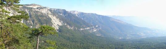 Panorama ensolarado da paisagem da montanha Fotografia de Stock Royalty Free