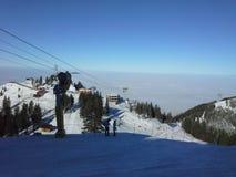 Panorama ensoleillé de jour de ski photos stock