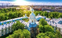 Panorama ensoleillé de paysage urbain de St Petersbourg vibrant de towe de cloche photographie stock
