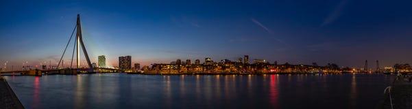 Panorama Erasmusbrug, Noordereiland et Koningshaven, Rotterdam par nuit photographie stock