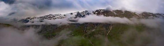 Panorama, erstaunliche Ansichten der Gudauri-Berge, Georgia lizenzfreie stockbilder