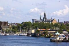 Panorama escénico del verano de la vieja arquitectura del embarcadero de Gamla Stan de la ciudad en Estocolmo, Suecia Imagen de archivo libre de regalías