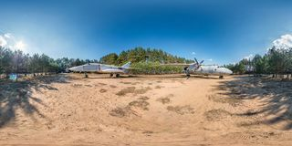 Panorama esférico completo do hdri 360 graus de opinião de ângulo no acampamento da guerrilha da floresta com aviões e o lutador  imagem de stock