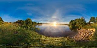 panorama esférico 3D con ángulo de visión 360 Aliste para la realidad virtual o VR Salida del sol en el banco del lago imagen de archivo