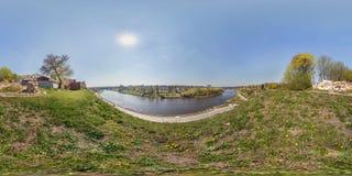 Panorama esférico inconsútil completo 360 grados de opinión de ángulo sobre el banco del río ancho delante del puente cerca del c fotografía de archivo