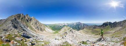 Panorama esférico 360 a 180 que el hombre se coloca en el top en el soporte Imagen de archivo libre de regalías