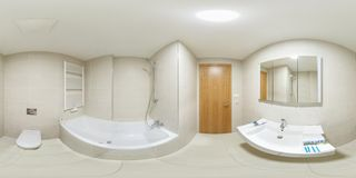 Panorama esférico sem emenda completo 360 graus de vista no banheiro vazio branco moderno do toalete com a cabine do chuveiro em  fotografia de stock