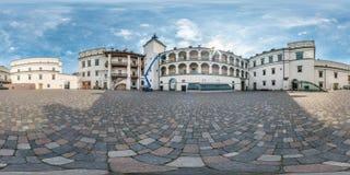 Panorama esférico sem emenda completo 360 pela opinião de ângulo 180 perto do palácio real do ducado grande de Lituânia em equire fotos de stock
