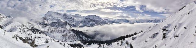 Panorama espectacular de la montaña del invierno Fotos de archivo libres de regalías