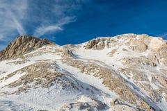 Panorama espectacular de la montaña del invierno con los picos cubiertos con nieve temprana imagen de archivo libre de regalías