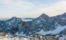 Panorama espectacular de la montaña del invierno con los picos cubiertos con nieve temprana imagenes de archivo