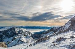 Panorama espetacular da montanha do inverno com os picos cobertos com a neve adiantada fotografia de stock