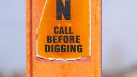 Panorama ett sönderrivet varningstecken på en ljus orange stolpe mot en oskarp bakgrund royaltyfri fotografi