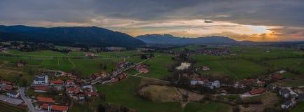 Panorama europeu do zangão de Reichersbeuern do bavaria dos cumes imagem de stock royalty free