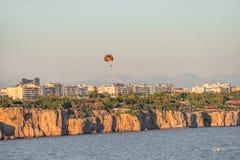 Panorama- fågelsikt av Antalya och medelhavs- seacoast och strand med en paraglider, Antalya, Turkiet royaltyfri fotografi