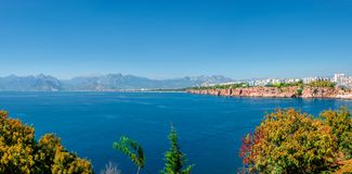 Panorama- fågelsikt av Antalya och medelhavs- seacoast och strand, Antalya, Turkiet royaltyfria bilder