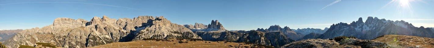 Panorama för Dolomite och för tre maxima Royaltyfri Foto