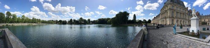 Panorama för engelskaträdgård- och Etang damm på slotten av Fontainebleau, Frankrike Arkivfoton