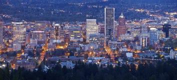 Panorama för för Portland Oregon stadsljus och byggnader Royaltyfria Bilder