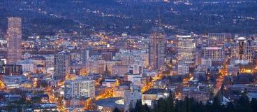 Panorama för för Portland Oregon stadsljus och byggnader Fotografering för Bildbyråer