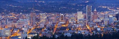Panorama för för Portland Oregon stadsljus och byggnader Royaltyfri Fotografi