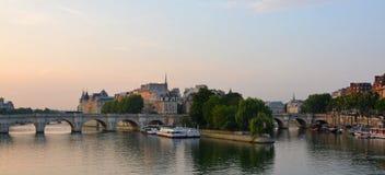 Panorama för första ljus av Ilen de la Citera & Seinet River, PA royaltyfri bild