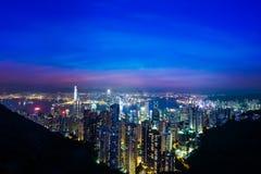 Panorama för flyg- sikt för natt av Hong Kong horisont och Victoria Harbor Arkivbilder