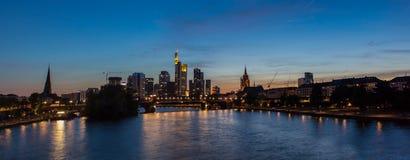 Panorama för Frankfurt huvudsaklig flodhorisont Arkivfoton