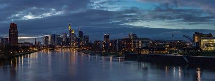 Panorama för Frankfurt stadshorisont på solnedgången Royaltyfri Bild