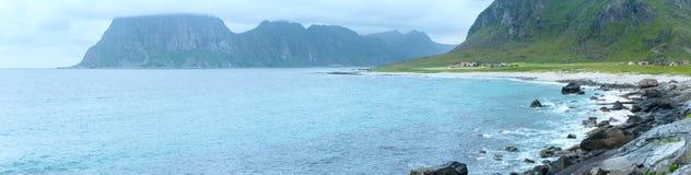 Panorama för Haukland strandsommar (Norge, Lofoten) Royaltyfria Bilder
