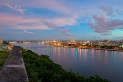 Panorama för havannacigarrfjärd- och stadshorisont på skymning Royaltyfri Foto