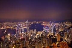 Panorama för Hong Kong stadshorisont på natten med Victoria Harbor Royaltyfri Bild