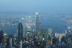 Panorama för Hong Kong stadshorisont på natten med Victoria Harbor Fotografering för Bildbyråer