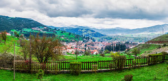 Panorama för Kalavryta bergby Royaltyfri Foto