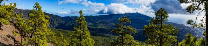 Panorama för landskap för LaPalma caldera på en solig dag royaltyfri bild