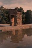 Panorama för Madrid Templo de Debod forntida egyptisk tempelspotlit arkivfoton