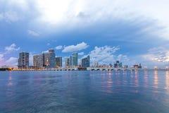 Panorama för Miami stadshorisont på skymning Arkivfoton