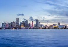 Panorama för Miami stadshorisont på skymning Arkivbilder