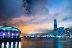 Panorama för nattsiktshorisont från över Victoria Harbor av Hong Kong Royaltyfria Foton