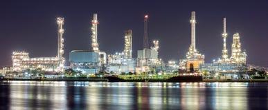 Panorama för oljeraffinaderiväxt royaltyfri foto