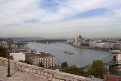 Panorama för parlament och för Chain bro i Budapest från Buda Hill Arkivfoto