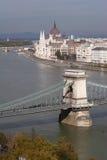 Panorama för parlament och för Chain bro i Budapest från Buda Hill Arkivbild